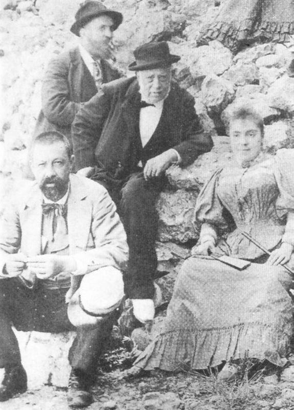 Гауди (слева) с отцом (в центре), племянницей Розой и доктором Santaló во время поездки в Монтсеррат ( 1904 г. )