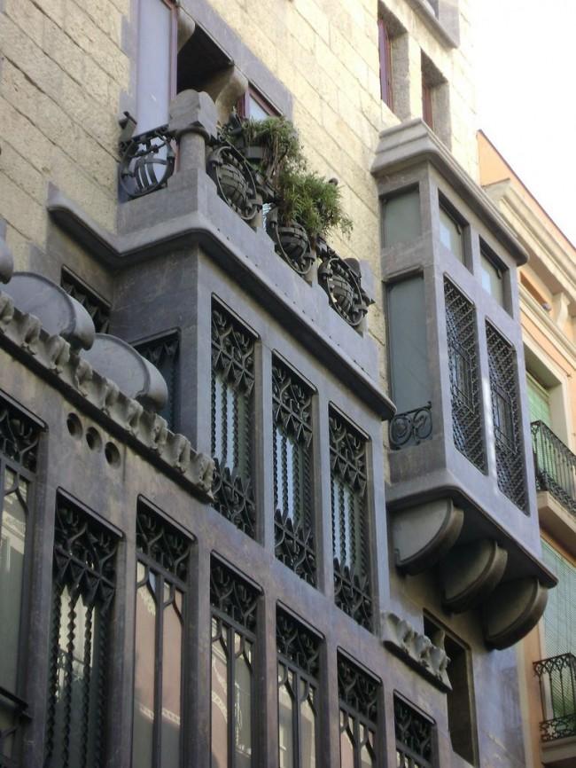 Дворец Гуэля в Барселоне (Palau Güell) — городской жилой дом (1885—1890гг.), Гауди