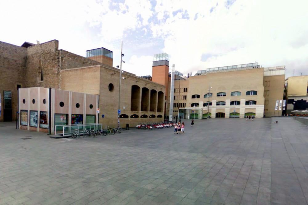 Площадь Ангелов: слева – монастырь, справа – центр исследований