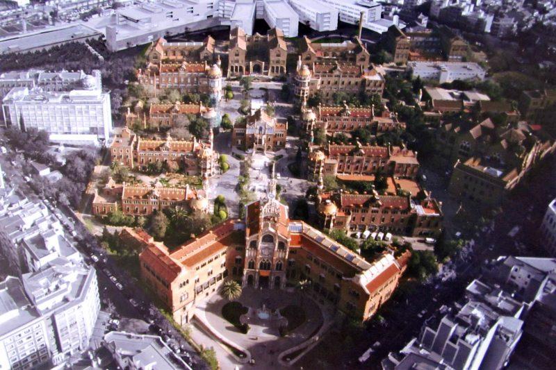 Больница Сан-Пау с новыми корпусами на заднем плане