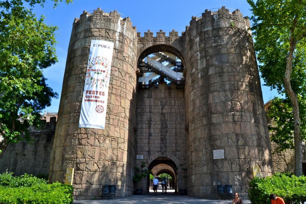 Главный вход а деоевню – ворота города Àvila (фото: Oh-Barcelona.com)
