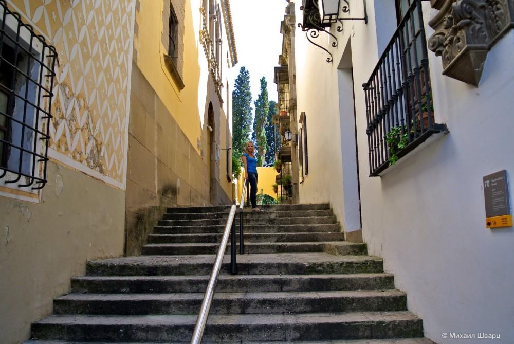 Узкая улочка Испанской деревни