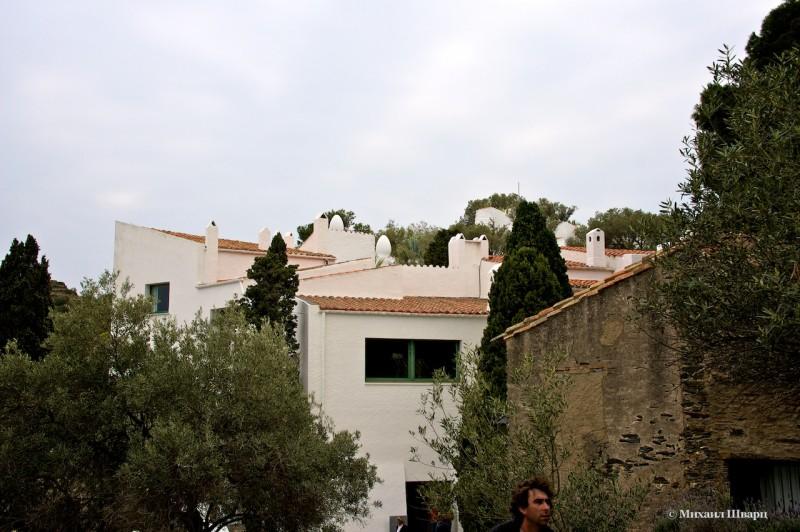Вокруг дома-музея много туристов