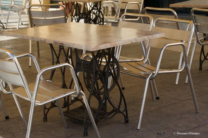 Кафе со столами от швейных машин