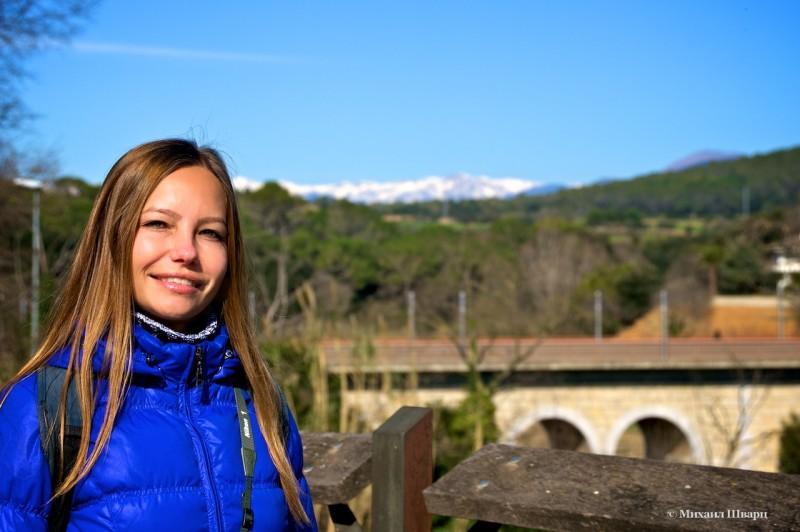 Лена на фоне заснеженных гор