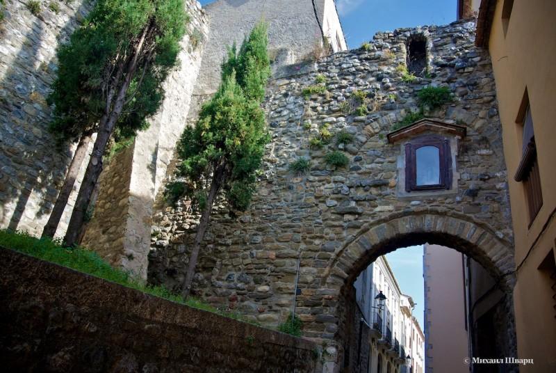 Ворота с Мадонной в стене