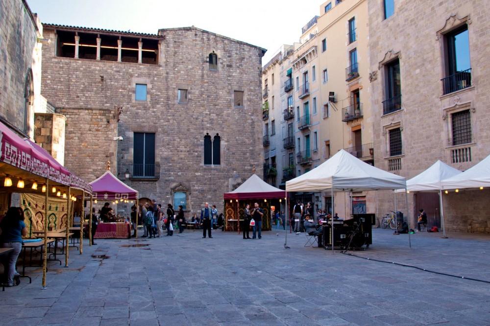Слева – Музей истории Барселоны, справа – Дворец Наместника (фото: Luke Ellis)