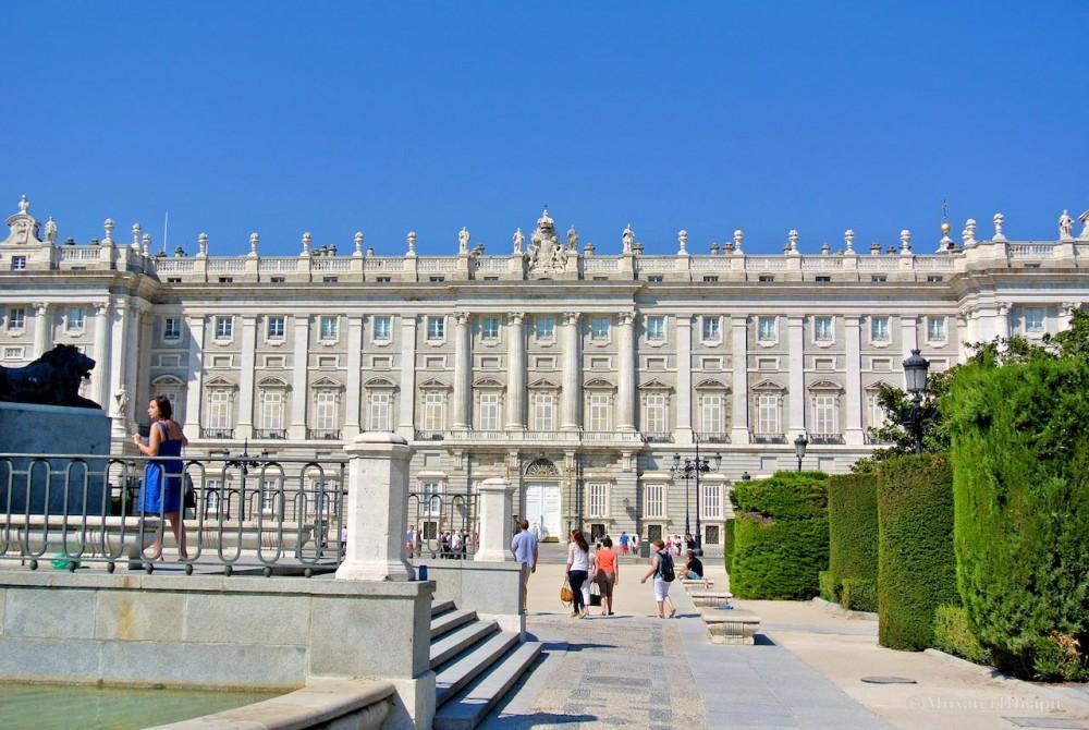 Вид на дворец с площади Ориенте