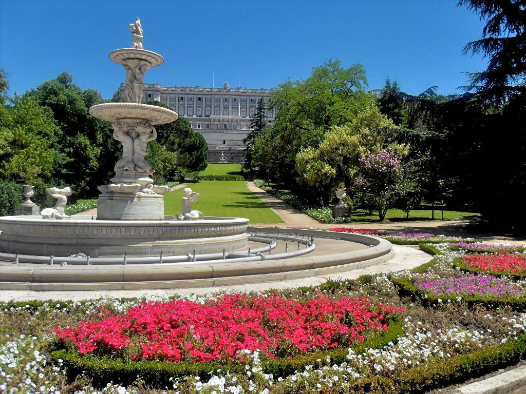 Сад у западного фасада Дворца