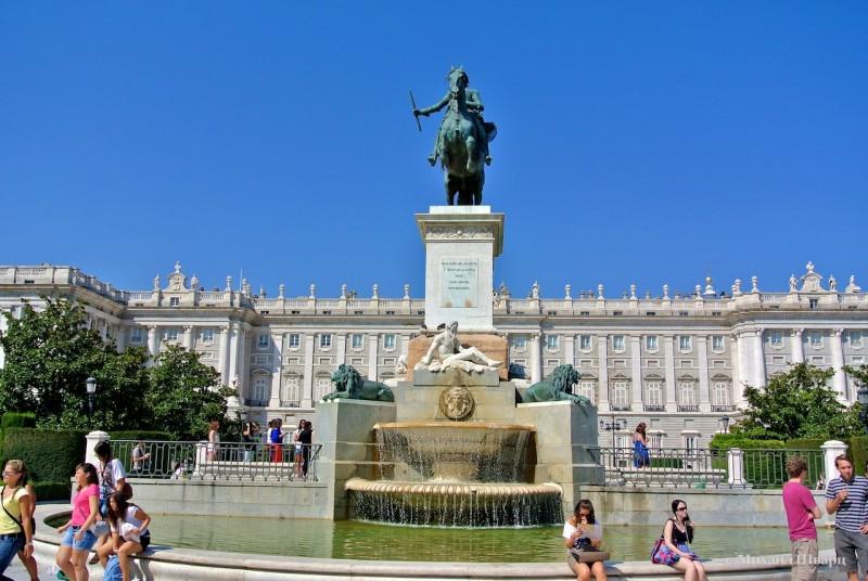 Источник Филиппа IV на площади Oriente