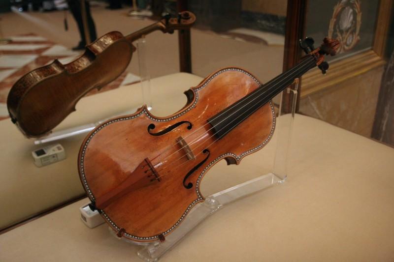 Одна из коллекционных скрипок Королевского Дворца в Мадриде