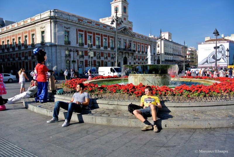 Площадь Пуэрта-дель-Соль (Puerta del Sol), на заднем плане Дом Почты