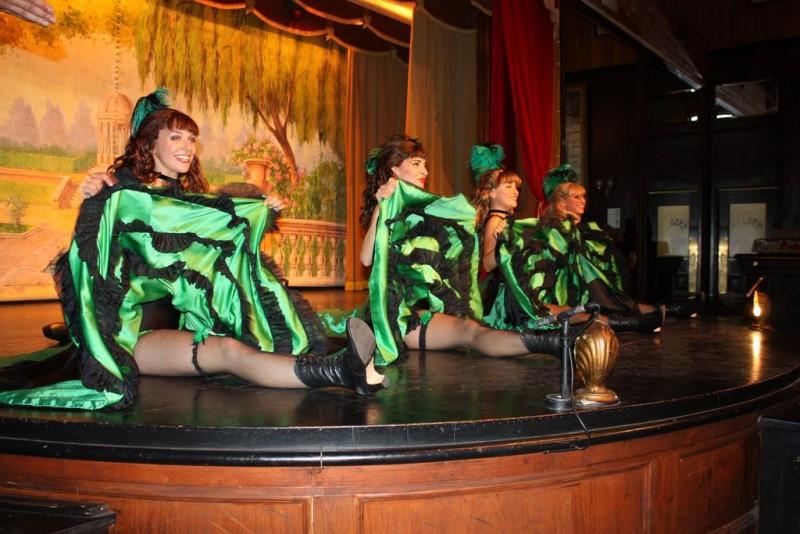 В «салуне» танцуют канкан симпатичные девушки.