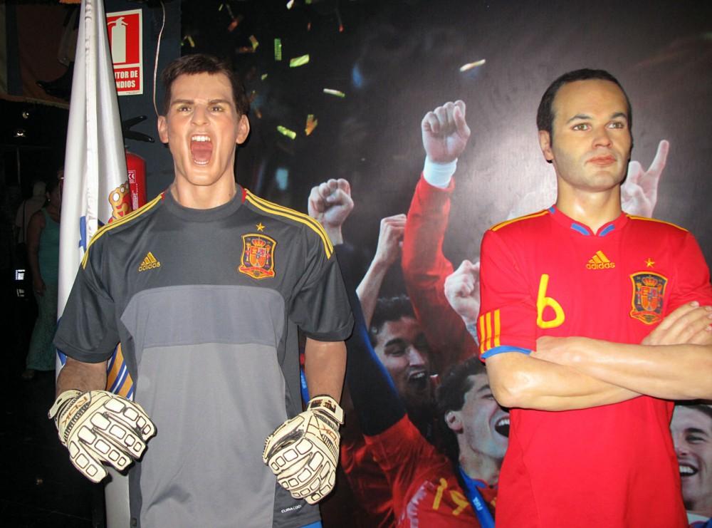 Испанские футболисты Икер Касильяс и Андрес Иньеста