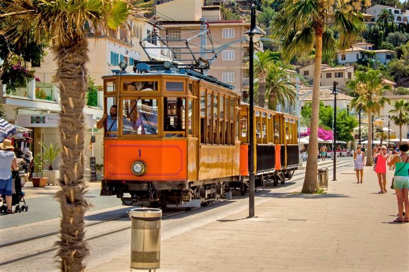 Старинный поезд между Пальма-де-Майоркой и городом Сольер