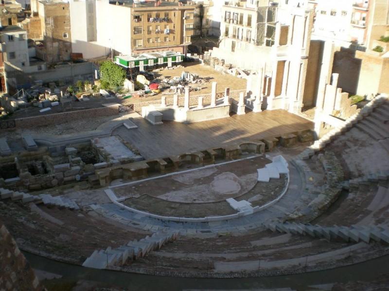 Римский античный амфитеатр (Teatro romano)