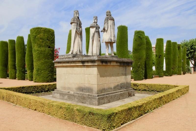 Статуя Христофора Колумба с христианскими монархами
