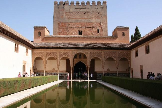 Миртовый двор и дворец-башня Комарес  (Patio de los Arrayanes o de Comares)