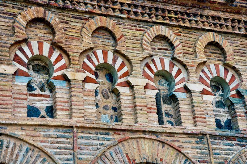 Фасад украшен разноцветной плиткой