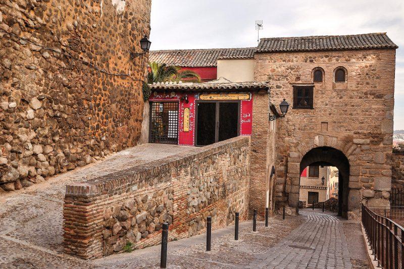Рядом с мечетью находятся городские ворота Баб аль-Мардум