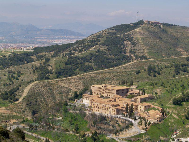 Аббатство Сакромонте - бенедиктинский монастырь на «Святой горе»