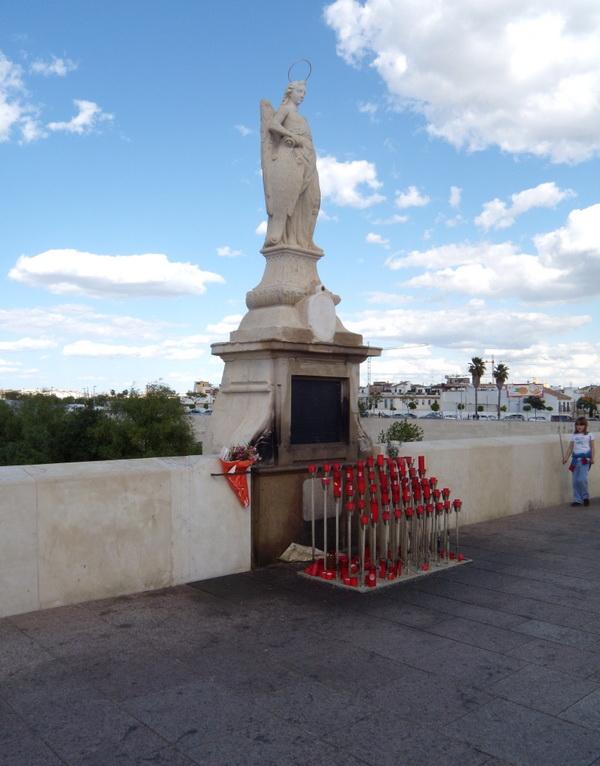 Статуя святого архангела Рафаила