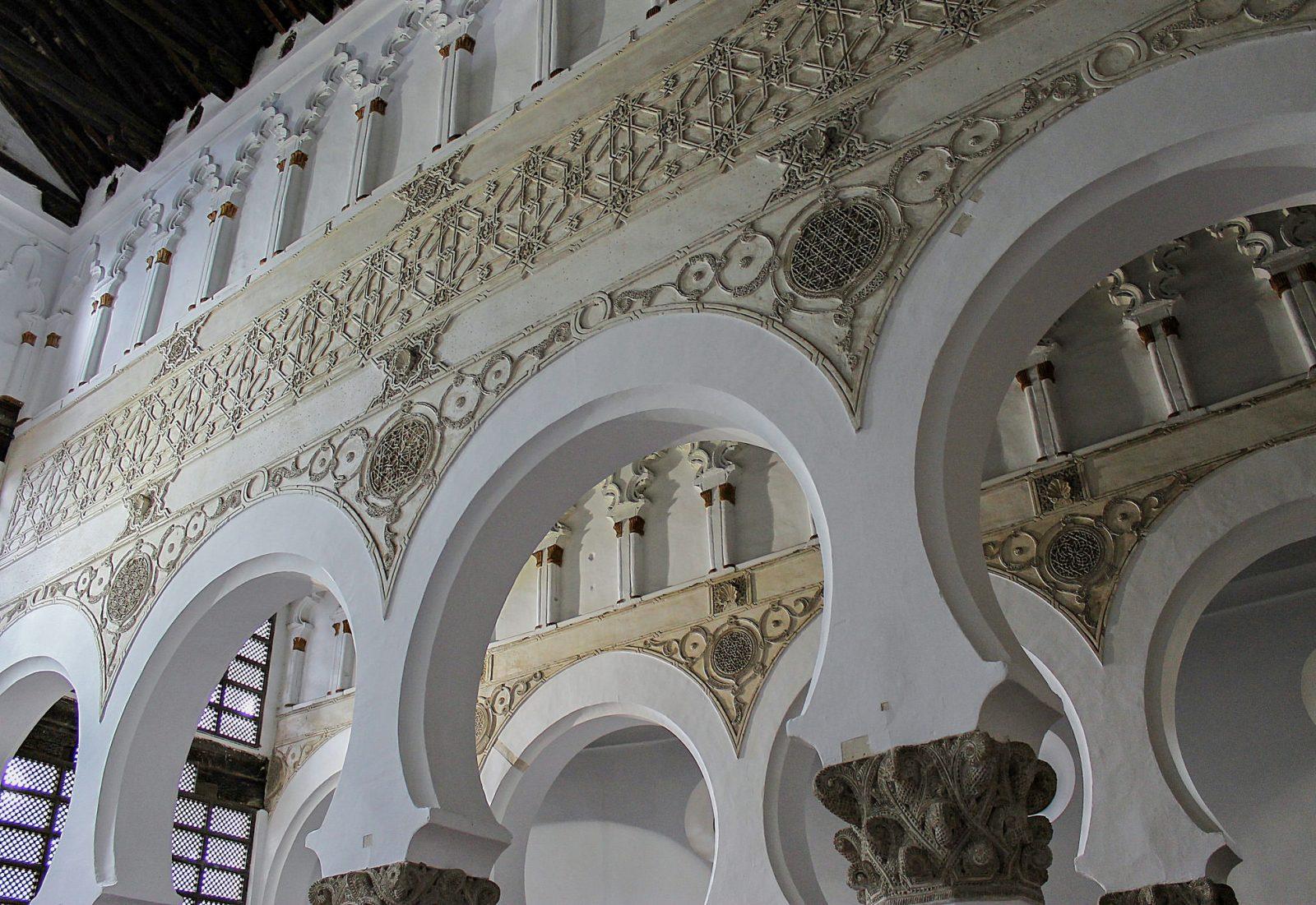 Подковообразные арки