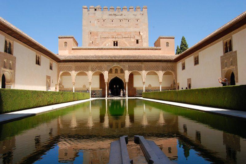 Миртовый двор и дворец-башня Комарес во дворце Альгамбра