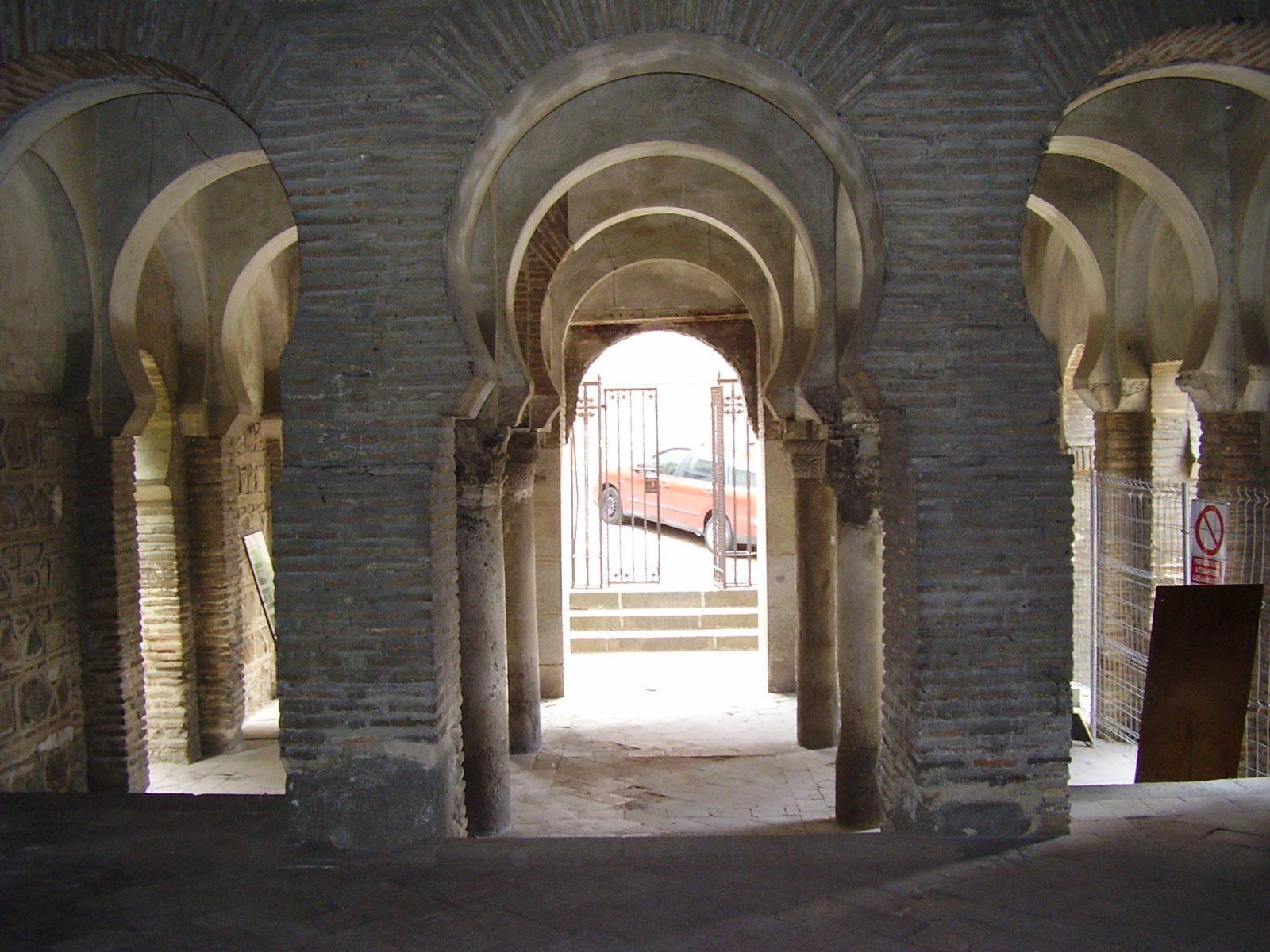 Квадратное пространство с колоннами