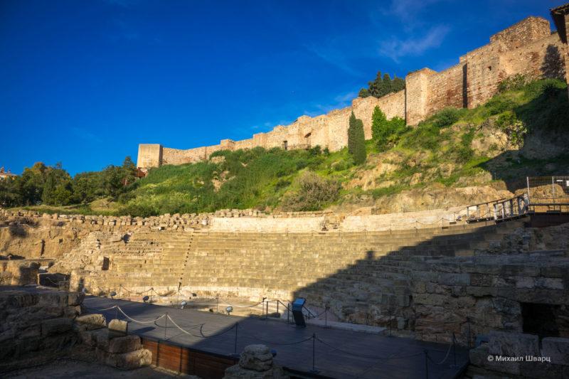 Римский театр на фоне Алькасабы
