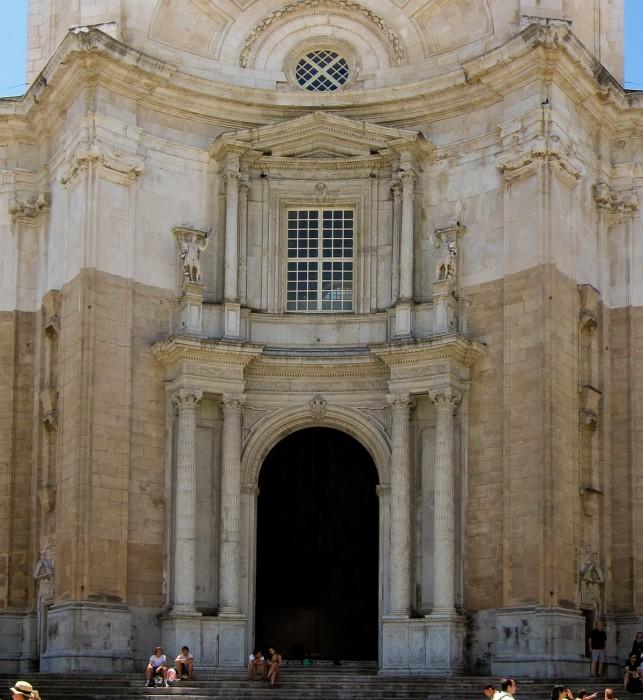 Центральный вход Catedral de Santa Cruz de Cádiz