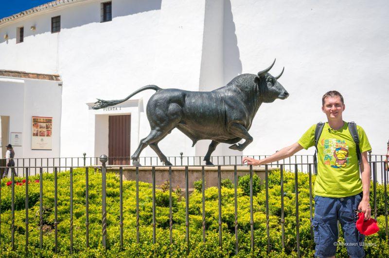 Памятник андалузскому быку