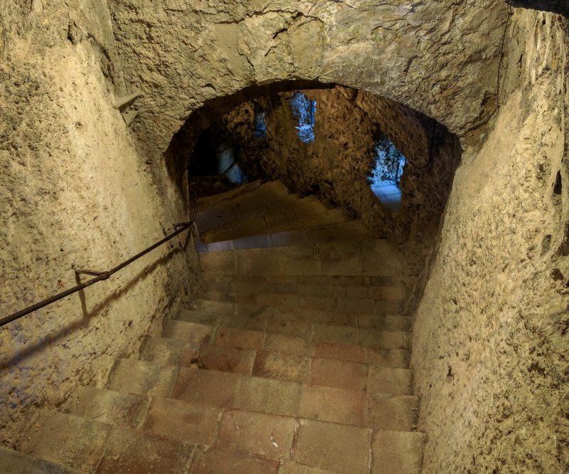 Лестница к источнику Мина
