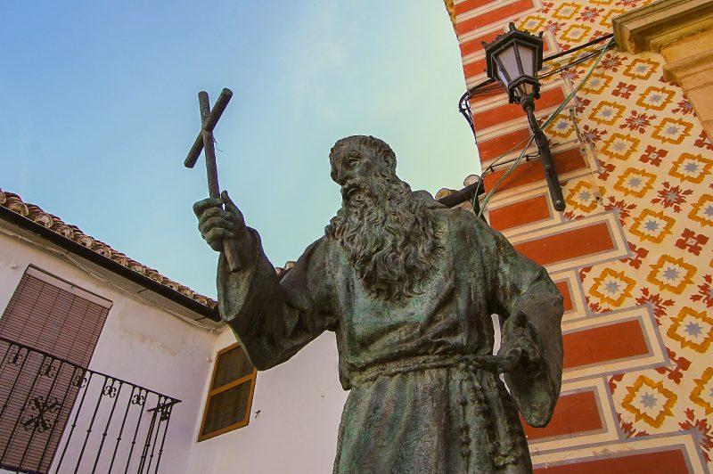 Скульптура Диего Хосе де Кадиса около церкви