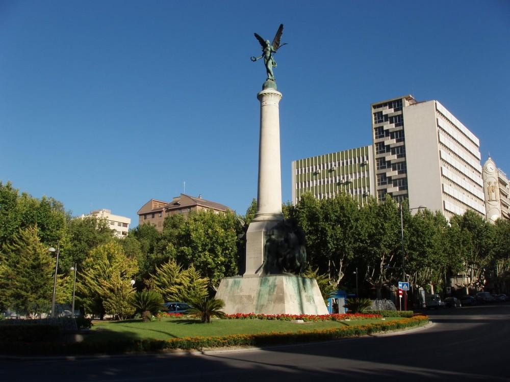 Площадь Битв ( Plaza de las Batallas) и Памятник павшим в битвах при Хаэне (Monumento a las batallas de Jaén)