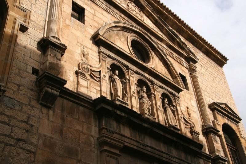 Королевский доминиканский монастырь (Real Convento de Santo Domingo), фасад в стиле маньеризма