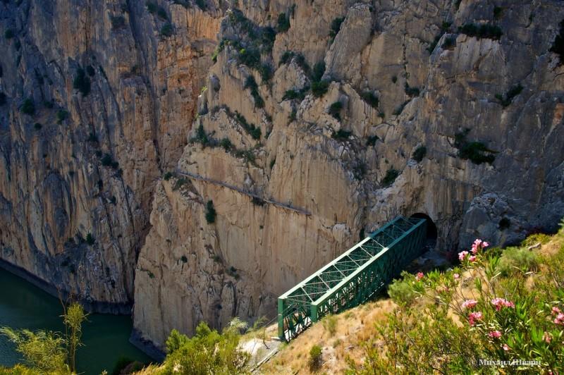 Через скалу прорублен туннель