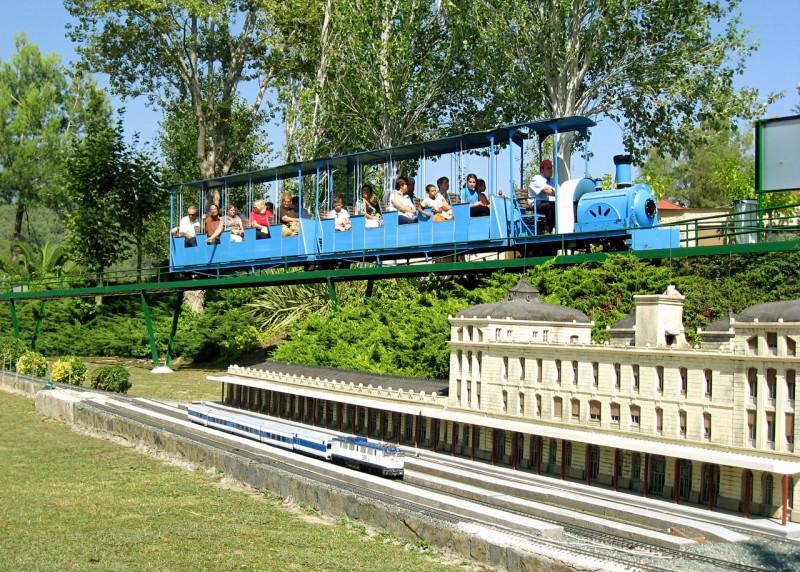 Поезд, который ездит по периметру парка