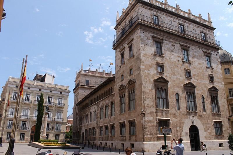 Вид на дворец с площади Plaça de Manises