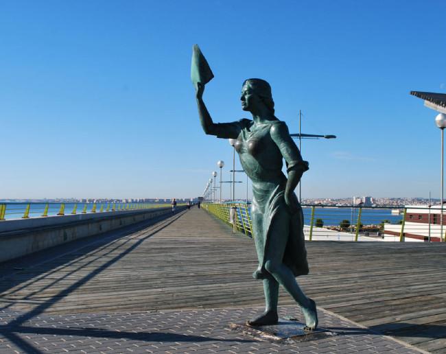 Памятник жене рыбака, провожающей мужа в море (Monumento a la mujer del pescador)