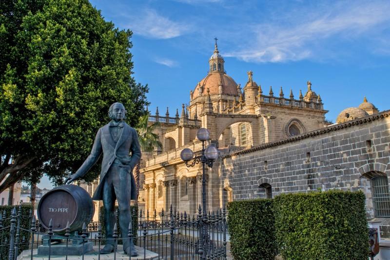 Статуя Тио Пепе на фоне Собора