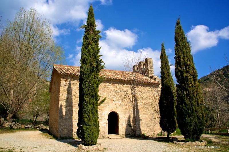 Скромная церковь с кипарисами