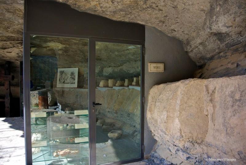 Слева от церкви есть музей и небольшой кинозал, где показывают фильм о монастыре.