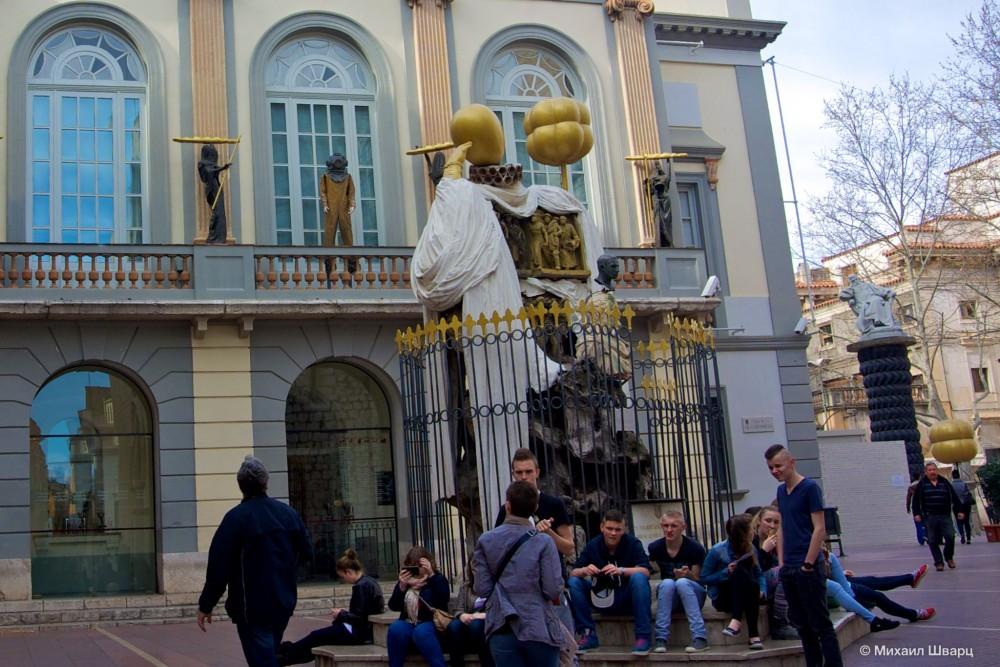 Памятник философу Франсеску Пужольсу, другу семейства Дали
