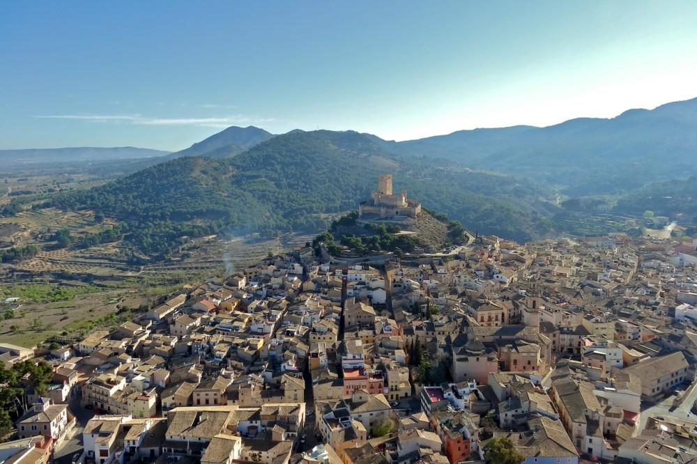 Вид сверху на крепость и город  Бьяр (фото: rubenvila)