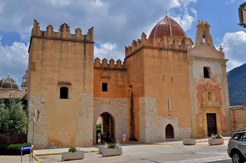 Ворота в монастырь и часовня Девы де Грациа