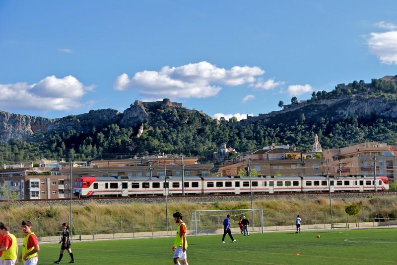 Крепость видна задолго до того, как поезд прибывает в Хативу