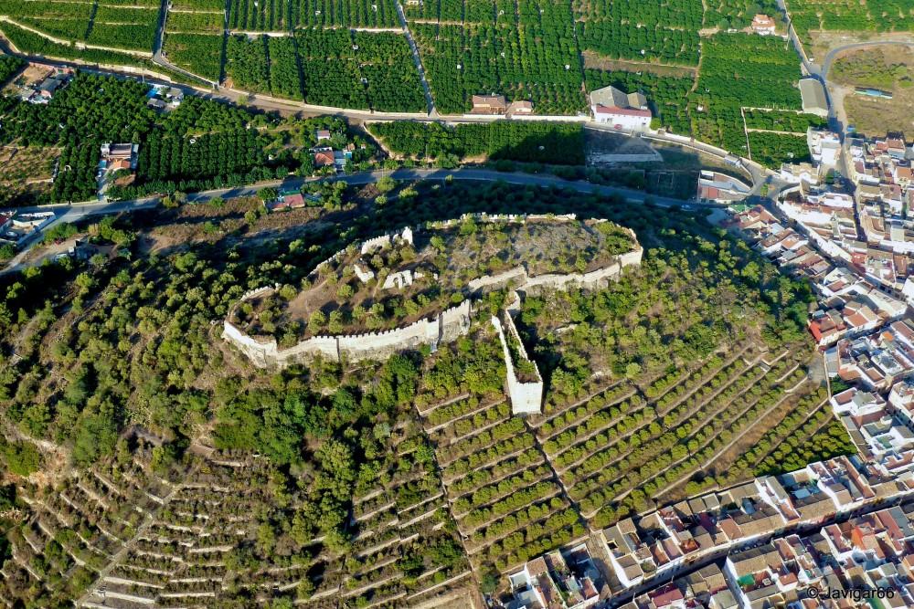 Корбера в окружении зеленых ступенчатых террас (фото: Javier García Escoms)
