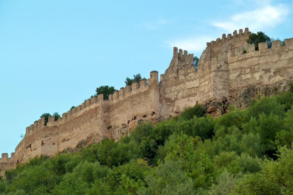 Зубчатые стены Замка Corbera (фото: Alberto Rodriguez)