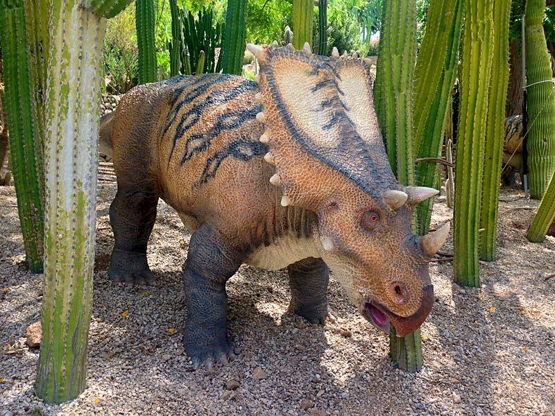 Динозаврик в кактусах (фото: dinopark)